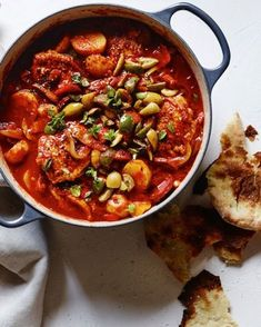 Chicken and Chorizo Stew Using chorizo and green olives puts a Spanish twist on this hearty braised chicken dish that can easily be whipped up in a single Dutch oven. Chicken Chorizo Stew, Spanish Chicken And Chorizo, Slow Cooked Chicken, Braised Chicken, Spanish Chorizo Recipes, Oven Chicken, Chicken Chili, Chicken Soup, Spanish Stew