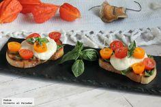 Deliciosas bruschettas italianas caprese, con tomate, albahaca y mozzarella. Receta ligera de aperitivo con fotos paso a paso de su elaboración y...