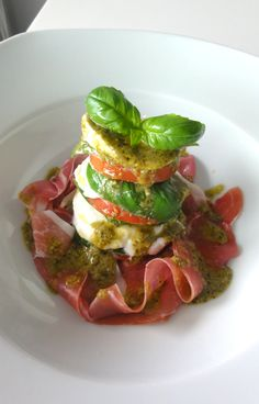Caprese Salad tower with iberico ham I Love Food, Good Food, Yummy Food, Appetizer Recipes, Salad Recipes, Healthy Recipes, Salade Caprese, Warm Food, Food Presentation
