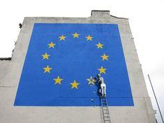 """Banksy kommentiert Brexit mit einem Wandgemälde im Hafen von Dover  Nachdem Banksy vor ein paar Monaten mit der Eröffnung des namensträchtigen """"Walled Off Hotel"""" – mit der Doppelbedeutung """"weggemauert"""" un..."""