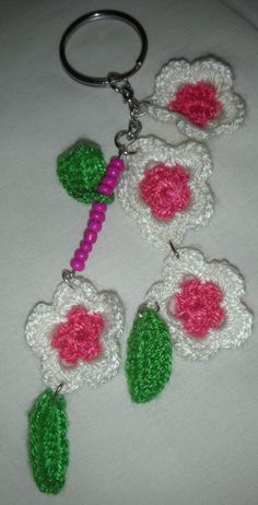 Llavero con aplicación a crochet.
