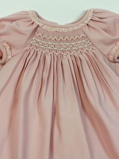 vestido bebe niña rosa viella belan nido de abeja Notice edging under collar and sleeve bands.