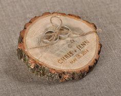 Graviert Holz Hochzeit Ring Bearer Slice, rustikale Holz Ring Inhaber, Sackleinen Ring Bearer Kissen von forlovepolkadots auf Etsy https://www.etsy.com/de/listing/203998300/graviert-holz-hochzeit-ring-bearer-slice