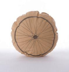 Poduszka koło rowerowe – kolor beżowy. Wymiary: śr. ok 39cm. Ręcznie wykonane. Materiał: 100% bawełna.