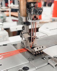 Используется для подгибания низа трикотажных изделий, или сшивания изделий встык или внахлест, для окантовки косой бейкой. Применение специального профессионального оборудования на фабрике Amarti делает производственный процесс более эффективным и рентабельным.