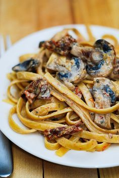 Sun Dried Tomato and Mushroom Pasta with Garlic-Basil Sauce. I would minus the sun dried tomatoes and add stewed or diced tomatoes. I Love Food, Good Food, Yummy Food, Janta Low Carb, Cooking Recipes, Healthy Recipes, Vegetarian Recipes For Lunch, Tasty Pasta Recipes, Healthy Dishes