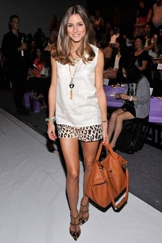 Olivia Palermo in der Front Row (New York Fashion Week F/S 2013): Leo-Shorts und T-Straps von Valentino