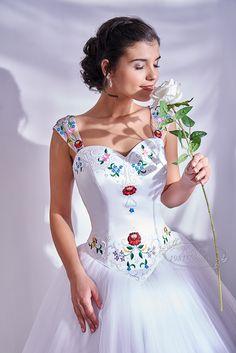 Egyedi menyasszonyi ruha, hagyományos kalocsai hímzéssel készült esküvői ruha Hungarian wedding dress Evening Dresses, Formal Dresses, Wedding Dresses, Lace Dress Styles, Wedding Girl, Stylish Girl Pic, Trendy Fashion, Fashion Dresses, Bodycon Dress