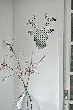 Cabeza de ciervo con 'punto de cruz', éste está hecho con stickers, pero también lo puedes 'pintar' en la pared • Plak't sticker patronen