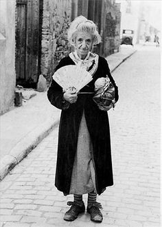La Monyos was a famous eccentric woman in Barcelona in the early century. Her private life was a mystery but her street personality was much loved. Antique Photos, Old Photos, Indira Ghandi, Black N White Images, Black And White, Spanish Costume, Barcelona Catalonia, Alfred Stieglitz, Urban Photography