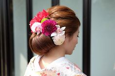 和装hair . . お色直しで色打掛にお召し替え♡ ボリュームたっぷりのシニオンと お母様が用意してくださった生花をたくさん♡ 前からもしっかり シニオンが見える様作ってます . . 美しい花嫁さんでした♡ WDはナチュラルだったから 和装は綺麗めに… . . #tamamimori #hairmake#hairstyle#hairarrange#wedding#marryxoxo#アップスタイル#和装髪型#生花#色打掛#お色直し#ヘッドパーツ#結婚式#花嫁#プレ花嫁