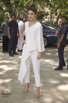 10 Bollywood Celebrities Who Look The Sexiest In All White! Stylish Dress Designs, Stylish Dresses, Casual Dresses, Fashion Pants, Hijab Fashion, Fashion Dresses, Designer Party Wear Dresses, Indian Designer Outfits, Dress Over Pants