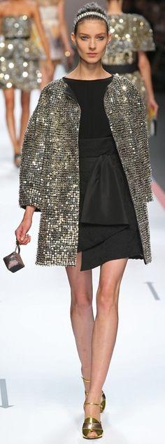 FENDI: Anche Fendi ,uno stilista famoso e mi paice indossare i suoi bellissimi abiti e poi le sue scarpe pure in quanto  sono di alta qualita' .