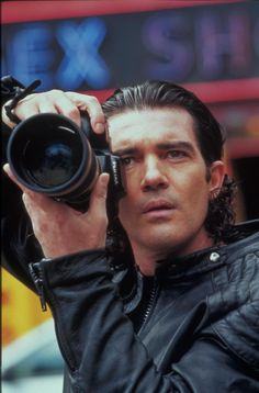 "Antonio Banderas en ""Femme Fatale"" directed by Brian de Palma, 2002 Rebecca Romijn, Celebrity Photographers, Famous Photographers, Por Tras Das Cameras, Photography Camera, Vintage Cameras, Good Looking Men, Taking Pictures, We The People"