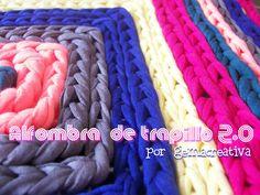 Alfombra confeccionada con trapillo en punto cadeneta sobre una rejilla. #diy #manualidades #ganchillo #crochet #trapillo #tirelas #totora #alfombra #rug