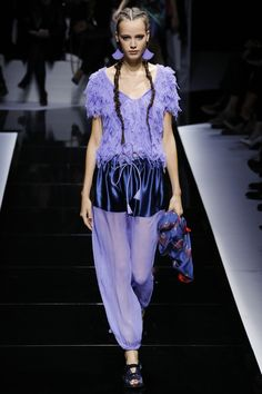 See all the Collection photos from Emporio Armani Spring/Summer 2017 Ready-To-Wear now on British Vogue Vintage Street Fashion, Indie Fashion, Fashion 2017, Unique Fashion, Trendy Fashion, High Fashion, Fashion Show, Fashion Outfits, Fashion Design