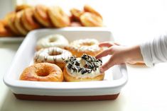 Luchtige Donuts | Kookmutsjes Mini Donuts, Doughnut, Beignets, Bread Recipes, Cookie Recipes, Donut Maker, Cupcake Cookies, Cupcakes, High Tea