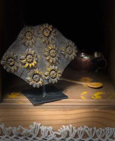 Ces magnifiques tampons d'impression sur socle apporteront beaucoup d'élégance et d'authenticité à votre pièce. Vous différencierez votre décoration en apportant une touche authentique. Le tampon d'impression est un outil utilisé pour produire un motif de répétition sur des textiles, du feutre, du cuir, etc. Ils ont été utilisés pour la décoration des textiles dans le monde entier. Belle Boutique, Authentique, Home And Deco, Tampons, Elegant Homes, Impression, Decoration, Textiles, Felt