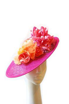 Pamela color fucsia, con flores hechas a mano en seda pongeé y seda salvaje de Taneke