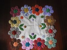 Artesanatos com Fuxico Sewing Crafts, Sewing Projects, Yo Yo Quilt, Ribbon Embroidery Tutorial, Diy And Crafts, Arts And Crafts, Table Runner And Placemats, Quilt As You Go, Hand Art