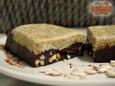 V novom roku si s predsavzatím jesť menej sladkostí a kalórií nevystačíme. Skôr či neskôr podľahneme a chuť koláčika, či dezertu nás opantá. Pre odľahčenie výčitiek je tu CHALVA TYČINKA  alebo domáca FIT tyčinka   Chalva je pochúťka pochádzajúca z orientu a jedna z najjednoduchších sladkostí. Potrebujete iba 2 ingrediencie: semiačka (slnečnica, sezam) a sladidlo - najlepšie med   Ja som sa ju snažil vylepšiť s čokoládovo-orieškovou kombináciou a vôbec sa tomu nebránila, práve naopak..