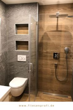 """Naturstein- und Holzoptik Fliesen im Badezimmer A comfortable bathroom with great niches. The wood look tile """"Etic pro Rovere Venice"""" in light brown and the matt gray natural look tile """"Brave Gray"""" were installed under: www."""