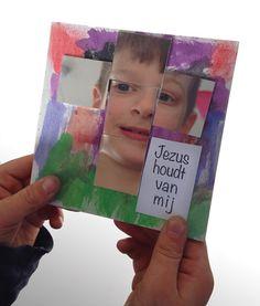 Paas werkje. Jezus houdt van mij. Spiegeltjes in de vorm van een kruis.