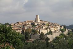 Stroll with me through the hilltop town of Saint-Paul-de-Vence and marvel at its juxtaposition of medieval architecture and contemporary art. C'est ma vie!: French Friday: Saint-Paul-de-Vence