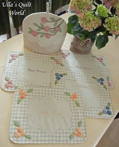 Ulla's Quilt World: Tutorial - Tea Time Place Mats with coordinating Tea Cozy shown in different colors.  The pattern for the place mat is provided.