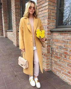 Доброго времени суток модницы. С приближающимся наступлением холодов возникает вопрос: с чем носить пальто да так, чтобы удобно и стильно, и красиво? Да! Конечно же со спортивной обувью, которая сейчас, как самостоятельное фешн направление уже давно стала модным атрибутом. Разнообразные оттенки, формы, цвета, материалы и украшения кроссовок, сейчас настолько поражают выбором, как среди производителей масс…