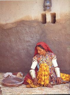 Woman in her traditional dress from Thar desert, Sindh (Pakistan) Balochistan Pakistan Art, India And Pakistan, India India, We Are The World, People Of The World, Pakistani Culture, India Culture, Folk Costume, Costumes
