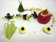 La tartare di tonno rosso, avocado, uova di quaglia e caviale, salsa di yogurt e polvere di liquirizia