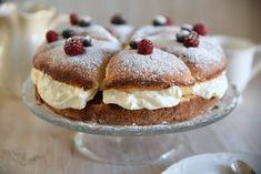 Kodin Kuvalehti – Blogit | Ruususuu ja Huvikumpu – Kuohkea laskiaispullakakku valmistuu helposti ja nopeasti kakkuvuoassa Deli, Cheesecake, Food And Drink, Winter, Pudding, Cupcakes, Homemade, Baking, Breakfast
