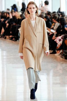 See all the Collection photos from Christophe Lemaire Autumn/Winter 2014 Ready-To-Wear now on British Vogue Runway Fashion, Spring Fashion, Winter Fashion, Fashion Show, Womens Fashion, Fashion Design, Christophe Lemaire, Fall Winter 2014, Autumn