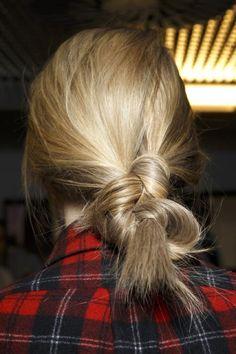 Модные прически с подиумов на средние и длинные волосы. 100 фото