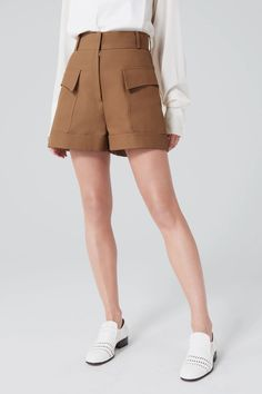 Tailored for a loose fit with a high-rise waist, these shorts offer a sharper and modern take on saharienne style. Made of a structured cotto. Camel Shorts, Loose Shorts, Short Outfits, Fall Outfits, Fashion Outfits, Meghan Markle Dress, Tailored Shorts, Short Tops, Pants Outfit