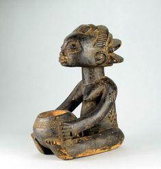 Belle porteuse de coupe Luba Shankadi, avec sa coiffure en cascade typique Les célèbres « Porteuses de coupes » des Luba sont des sculptures sacrées, représentant une femme tenant des deux mains (ou plus rarement sur la tête) un récipient en forme de calebasse ou de coupe en céramique Utilisées par les Bilumbu, les devins, elles sont le passage, l'intermédiaire, entre eux et le monde des esprits. La femme représentée (autrefois communément appelée Kabila) est une voyante tenant le Mboko Statues, Art Tribal, Art Premier, Art Africain, Congo, Lion Sculpture, African, Arts, Beautiful