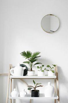 0 joli etagere en bois clair en forme d escalier avec plantes vertes vestiaire d entree