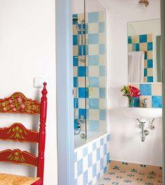 cuarto de baño con azulejos color azul