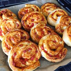Store pizzasnegle med skinke og pepperoni – Mummum.dk Mini Pizzas, Tapas, Easy Homemade Pizza, Good Food, Yummy Food, Danish Food, Food Photo, Food Inspiration, Healthy Snacks