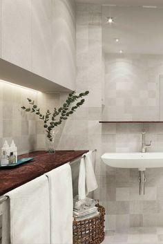 Tobin Properties: #tobinproperties Ljust badrum med väggar och golv i samma ljusgråa klinker från Mosa Tiles. Bänkskivan i röd kalksten bryter av fint mot den ljusa väggen. #äril
