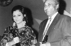 Actress Sharmila Tagore & actor Ashok Kumar win the Filmfare Best Actor and Best Actress award for the year 1969 (Filmfare Awards Rare Photos) Best Actress Award, Best Actor, Sunil Dutt, Sharmila Tagore, Ashok Kumar, Indian Star, Vintage Bollywood, Old World Charm, Bollywood Stars