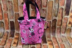 Your little girl will delight in this draw sting purse. The exterior Pink cotton is adorned with Minnie Mouse. The interior is lined in a Black sturdy light weight canvas that complements the outside Minnie Mouse Purse, Disney Purse, Cinch Bag, Disney Birthday, Great Birthday Gifts, Red Purses, Disney Girls, My Etsy Shop, Reusable Tote Bags
