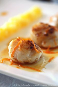 Saint-Jacques pelées, beurre d'agrumes, compotée de pommes _______________ INGREDIENTS: (pour 4 personnes) 12 noix de Saint-Jacques* 2 oranges 1 pamplemousse rose 1/2 jus de citron 90 g de beurre doux 10 g de beurre demi-sel 1/2 citron 2 pommes 2 c.à...