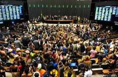 Manifestantes ocupam plenário da Câmara.~Discussion of proposal that transfers to the Congress power to demarcate indigenous lands is deferred