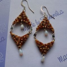 Boucles d'oreille, double fleche en tissage peyote, tons de beige et marron (bo 61)