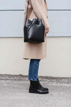 tifmys – Camel coat: Zara | Jeans: Envii | Boots: Edited The Label | Bucket bag: Mansur Gavriel | Turtleneck: Funktion Schnitt | Ring: Jane Kønig | Lipstick: Astor Color Last VIP Fuchsia Allure 132
