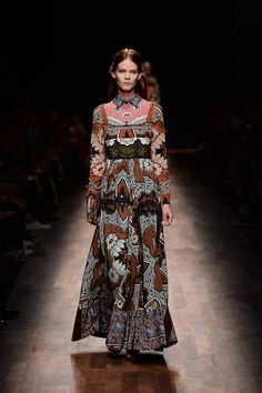 The Spring/Summer 2015 collection designed by Creative Directors Maria Grazia Chiuri and Pierpaolo Piccioli is inspired by a colorful travel: this season the collection is affected by printed scarves that recall antique histories.