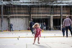 Artiste et chorégraphe de renommée mondiale, William Forsythe vient de dévoiler son dernier « objet chorégraphique », un espace d'un ancien marché municipal rempli de centaines de pendules suspendues qui balancent dans des séquences chronométrées.
