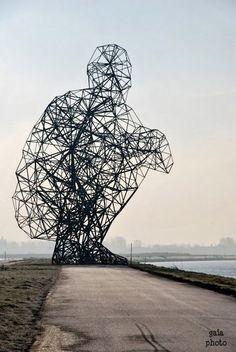 presentamos una de las esculturas del artista Antony Gormley